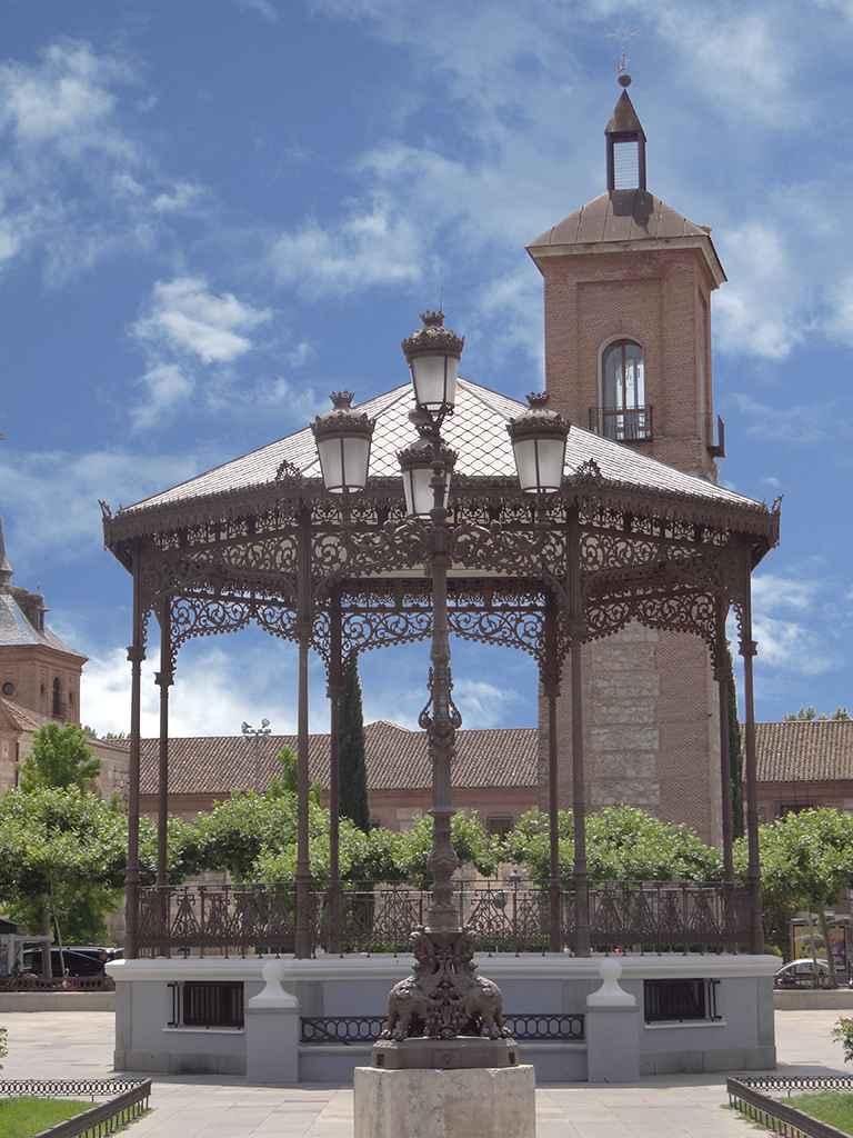 Plaza de Cervantes - Quiosco de la música y al fondo Torre de Santa María