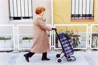 Mujer con carro de la compra