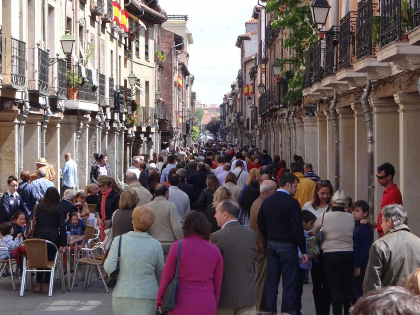 Calle Mayor de Alcalá con Gente