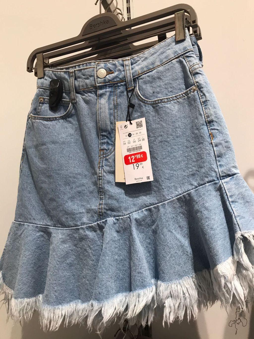 683cef2f32 Esta falda denim desgastada con flecos es lo más. ¡Hazte con ella!