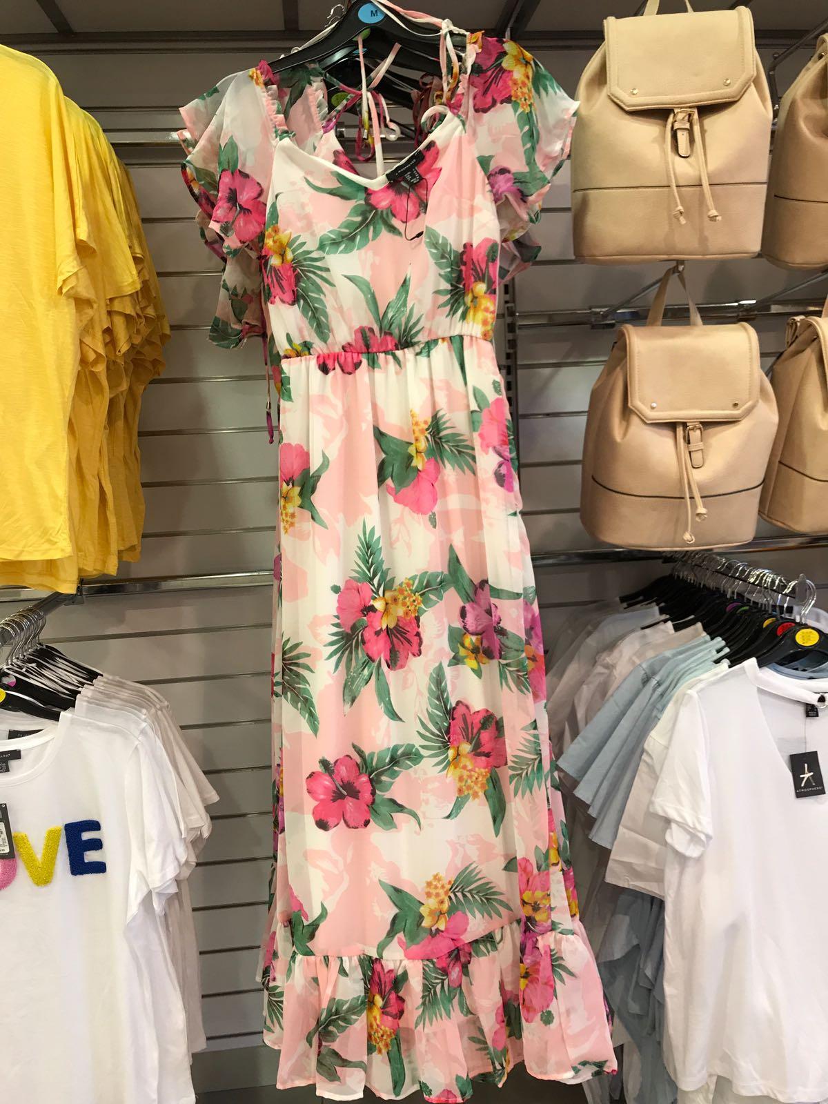 c1cac5e05 Este vestido largo es una auténtica maravilla. Sus flores son divinas.