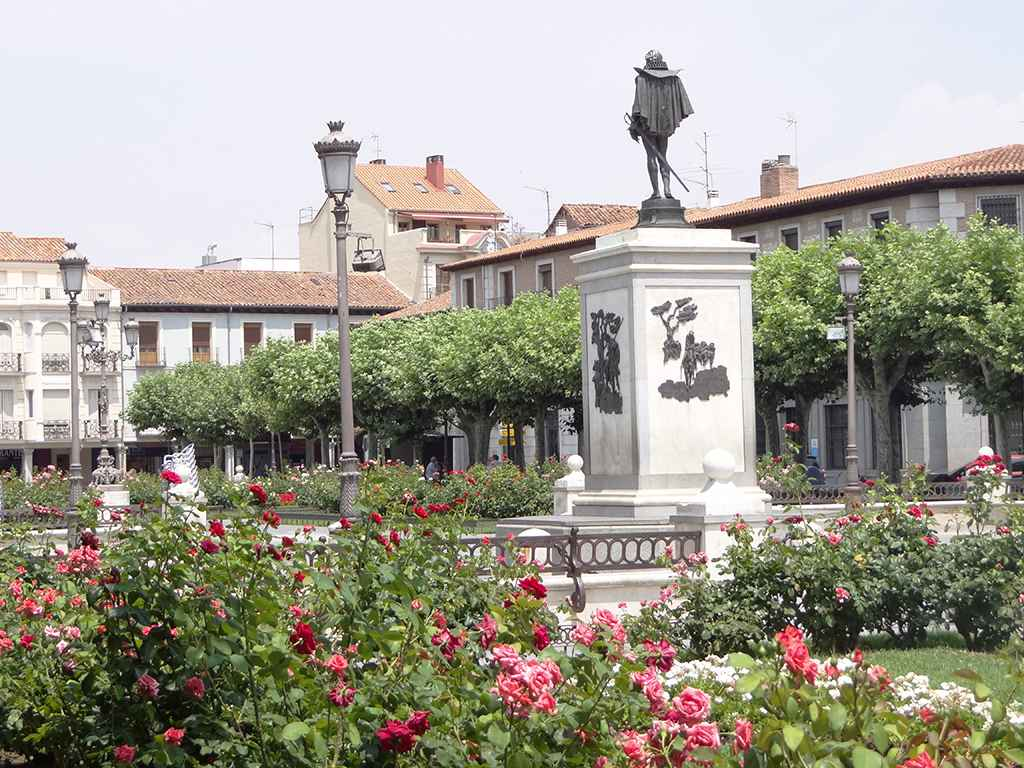 La estatua de cervantes en alcal de henares dream alcal for Opticas alcala de henares
