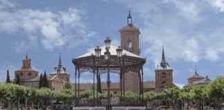 Plaza de Cervantes - Quiosco de música y al fondo Torre de Santa María