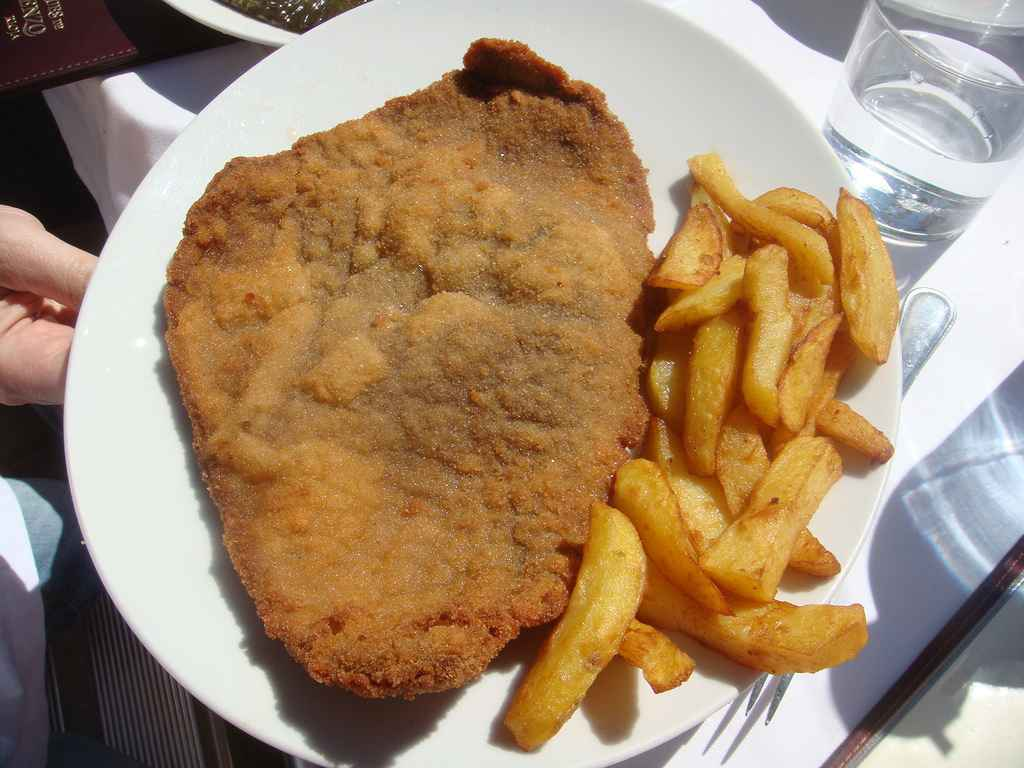 Filete empanado con patatas fritas