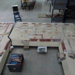 Casa de los Grifos. Detalle del proceso de restauración de la pintura de uno de los pórticos.