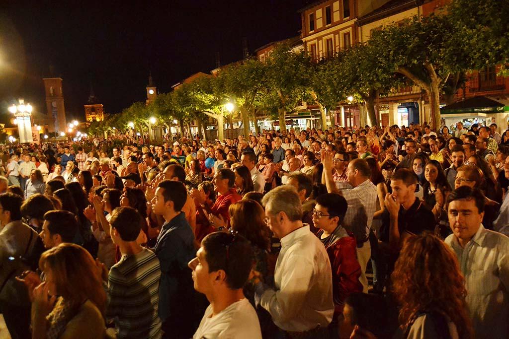 La noche en Blanco Alcalá 2014 - Asistentes a uno de los conciertos de la Plaza de Cervantes