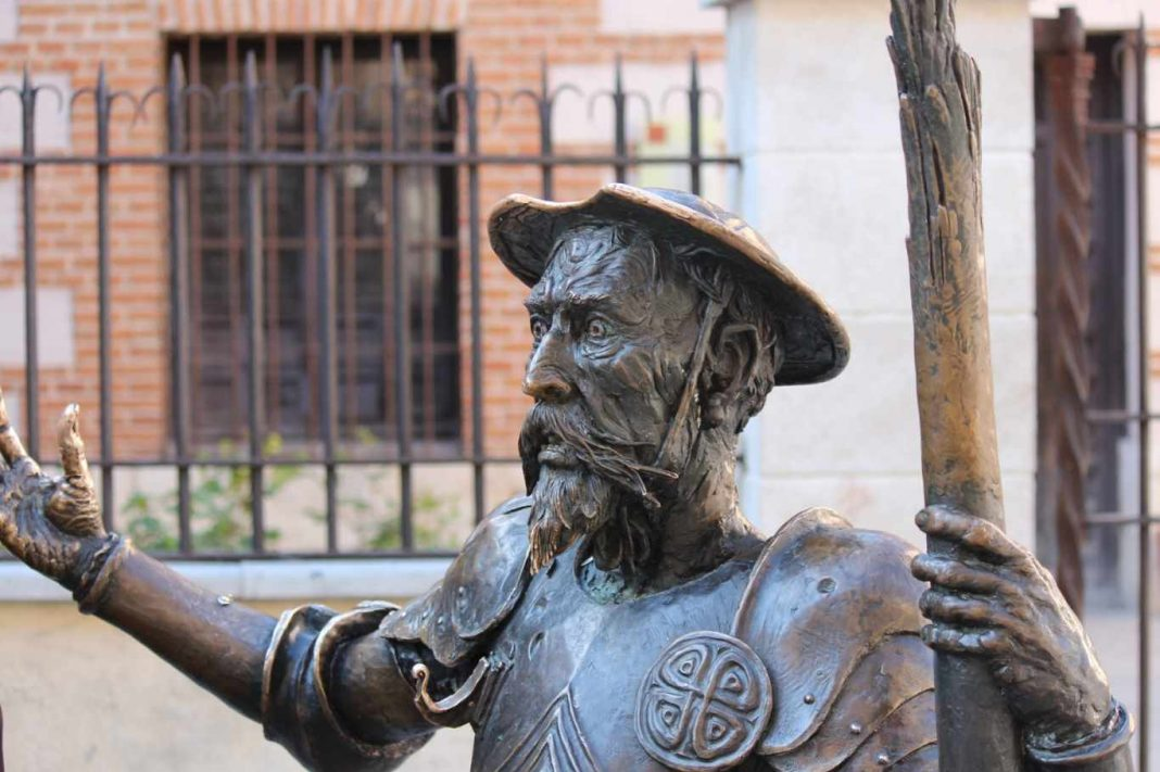 Don Quijote frente a la Casa de Cervantes