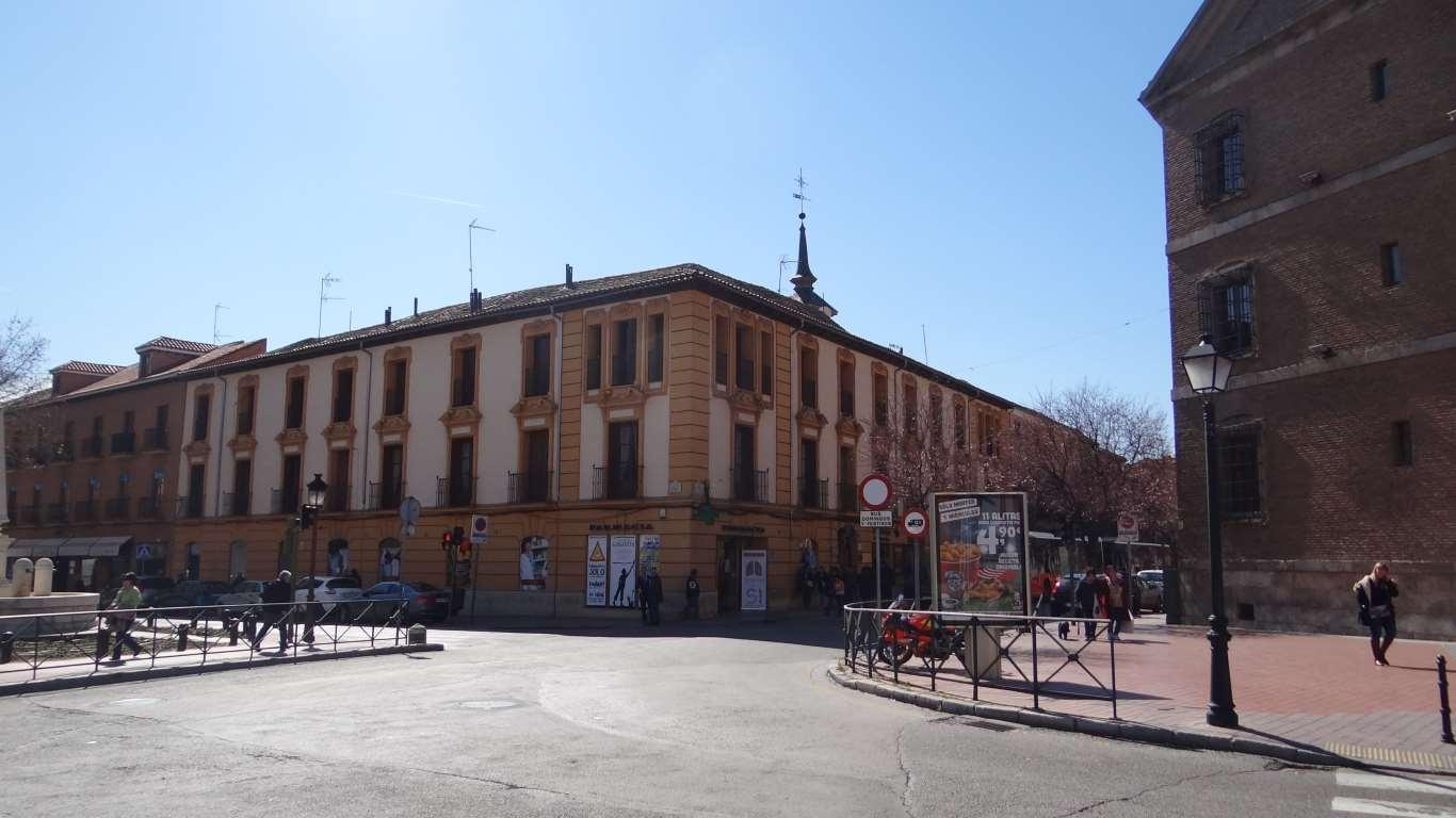 Comienzo de la calle Libreros de Alcalá de Henares desde la conocida plaza de los Cuatro Caños.