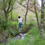 mujer-senderismo-río