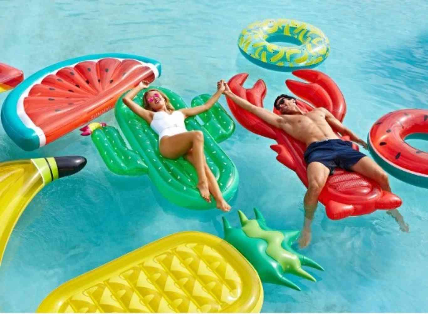 Momento piscinero los dos nuevos flotadores que triunfan for Colchonetas para piscina