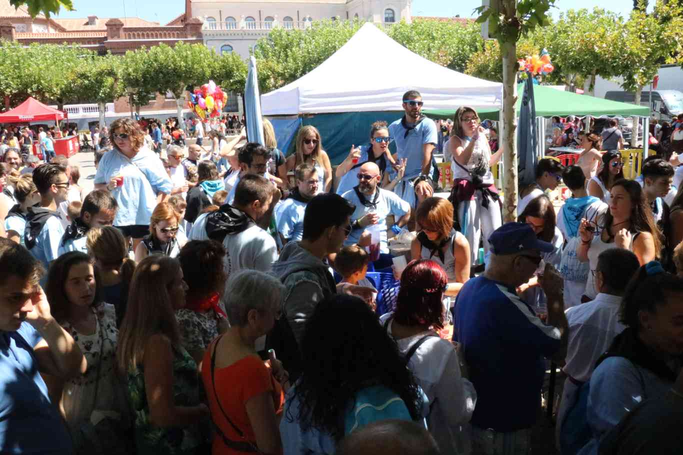 Im genes ferias 2017 fiesta de la espuma y vermut for Oficina de turismo alcala de henares