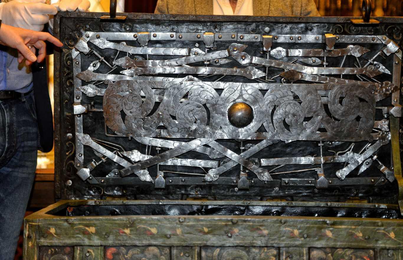 Restaurado en alcal un arca de caudales del siglo xvi - Pintores alcala de henares ...